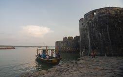 小船停放在小船跳船靠近Sindhudurga,马哈拉施特拉,印度 免版税库存图片