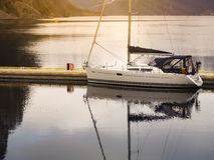 小船停放在湖 免版税图库摄影