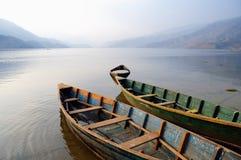 小船停放平静的瓦特的费用lak 库存照片