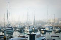 小船停泊了在浓雾期间在小游艇船坞在拉各斯,阿尔加威, 免版税库存照片