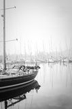 小船停泊了在浓雾期间在小游艇船坞在拉各斯,阿尔加威, 免版税图库摄影