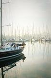 小船停泊了在浓雾期间在小游艇船坞在拉各斯,阿尔加威, 免版税库存图片