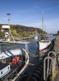 小船停泊了在码头区在Anglesey,威尔士,英国的Amlwch口岸 库存图片