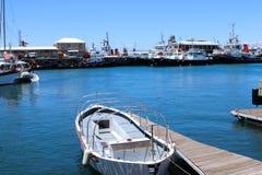 小船停泊了在蓝色海军陆战队员,口岸的码头在V&A江边,开普敦 库存照片