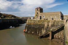 小船停泊了处于低潮中, Amlwch港口, Anglesey 免版税库存图片