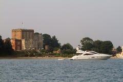 小船停泊了近的brownsea城堡在Poole港口 免版税库存图片
