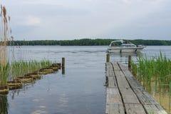 小船停泊和马达游艇在湖Senftenberger看见 库存图片