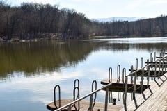 小船停泊小游艇船坞的浮船木跳船码头公园湖的 免版税图库摄影
