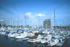 小船充分的海滨广场 免版税库存照片