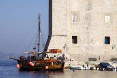 小船克罗地亚杜布罗夫尼克市游览 免版税库存照片