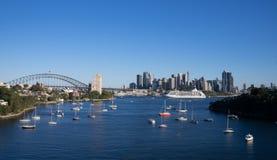 小船全景在港口视图的视图和风帆从waverton在背景中指向与歌剧院和港口桥梁 免版税库存照片
