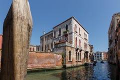 小船典型的看法在威尼斯运河的  完善的宫殿 晴朗日的夏天 免版税图库摄影