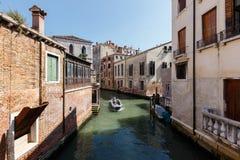 小船典型的看法有乘客的威尼斯运河的  晴朗日的夏天 库存照片