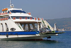 小船准备好巡航的轮渡 免版税库存照片
