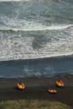 小船准备抢救海浪 免版税库存图片