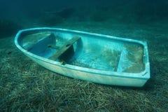 小船凹下去在与海草的海底 图库摄影
