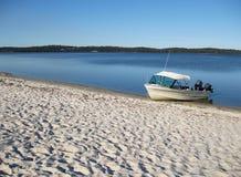 小船出海口海滩 库存图片