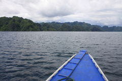 小船到一个热带海岛 免版税库存图片