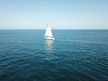 小船到蓝色海洋 图库摄影