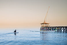 小船到达他的在Pasir Putih海滩, situbondo的小船的所有者尝试 库存图片