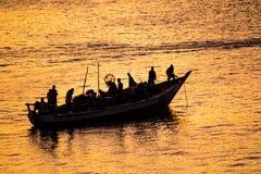 小船剪影在海洋 免版税库存图片