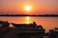 小船剪影的美妙的风景在惊人的日落的 免版税库存照片