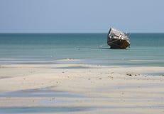 小船单桅三角帆船捕鱼海湾 免版税库存照片