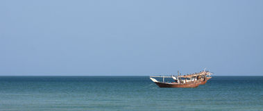 小船单桅三角帆船捕鱼 免版税图库摄影