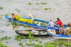 小船卖在河的物品在Nga Nam浮动市场上 免版税库存图片