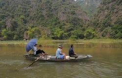 小船参观的Tam Coc人们- Bich东公园在Ninh Binh,越南 免版税库存图片