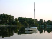 小船反射的水白色 库存图片