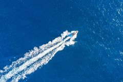 小船发射在地中海,空中顶视图高速漂浮 免版税库存图片