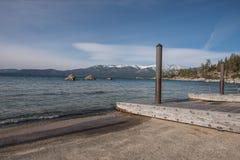 小船发射设施和船坞在Beach State国王度假区,太浩湖 免版税库存图片