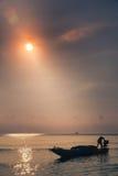 小船发行的渔夫在海岸附近捉住 免版税图库摄影