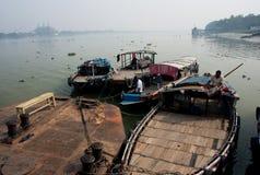 小船司机在老河船坞等待乘客 免版税库存图片