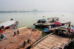 小船司机在老河船坞等待乘客 库存图片