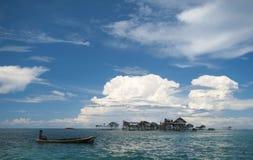 小船吉普赛孩子本机用浆划海运 图库摄影