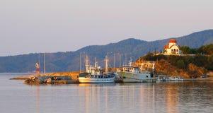 小船和东正教美丽如画的夏天风景  库存照片