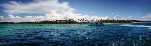 小船和划线员的全景图象在海 免版税库存照片