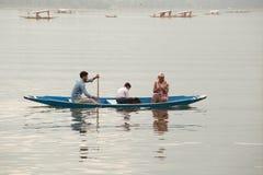 小船和印地安人民在Dal湖 斯利那加,印度 图库摄影