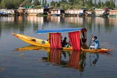 小船和印地安人民在Dal湖 斯利那加,印度 免版税库存图片