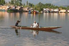 小船和印地安人民在Dal湖 斯利那加,查谟和克什米尔状态,印度 免版税库存图片