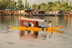 小船和印地安人民在Dal湖 斯利那加,查谟和克什米尔状态,印度 库存照片