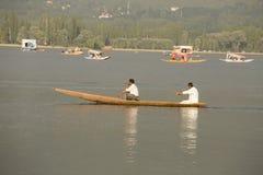 小船和印地安人民在Dal湖 斯利那加,查谟和克什米尔状态,印度 图库摄影