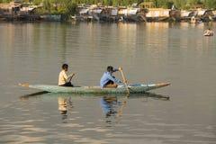 小船和印地安人民在Dal湖 斯利那加,查谟和克什米尔状态,印度 免版税图库摄影