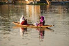 小船和印地安人民在Dal湖 斯利那加,查谟和克什米尔状态,印度 免版税库存照片