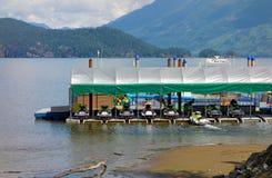 小船和喷气机滑雪聘用的在水在哈里逊温泉城, BC 图库摄影