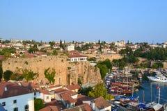 小船和堡垒在口岸的Antalia地中海 库存照片