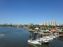 小船和大厦沿哈利法克斯河在佛罗里达 免版税图库摄影