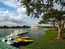 小船和天鹅在Rama乘坐9的湖在曼谷 库存照片
